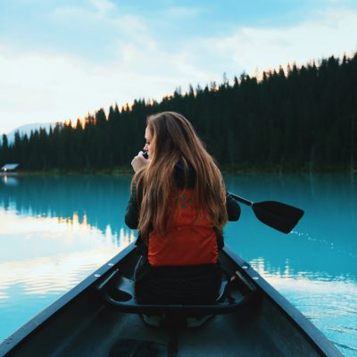 Tjej i kanot
